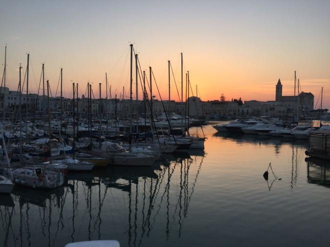 Trani, tramonto sul porto