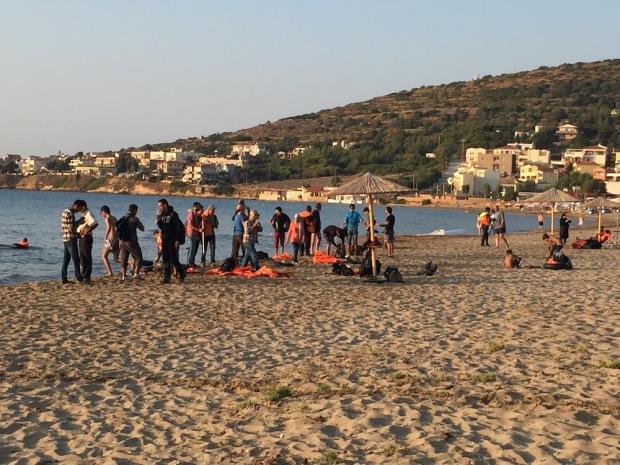 Chios, l'arrivo dei profughi alla spiaggia di Karfas