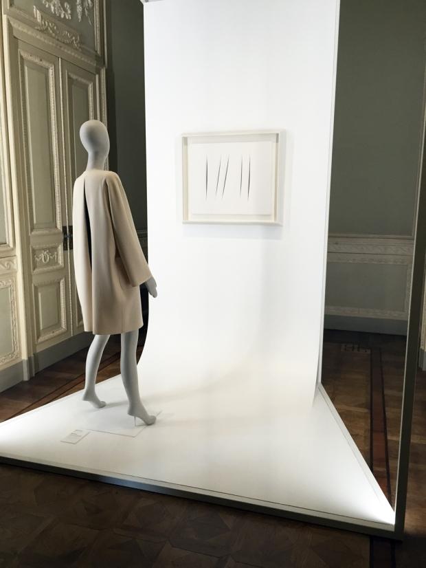 Bellissima, abito di Mila Schön e opera di Lucio Fontana